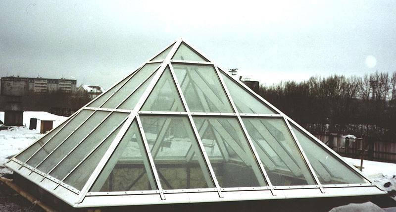 Пирамида на крыше из алюминиевых профилей